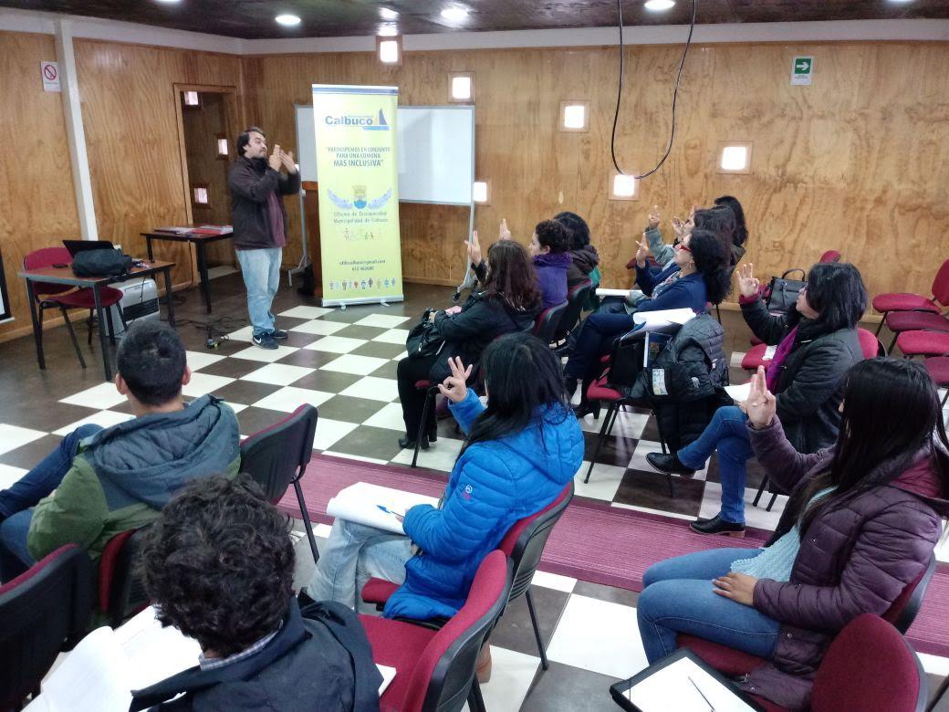 Funcionarios municipales de Calbuco inician curso en lengua de señas.