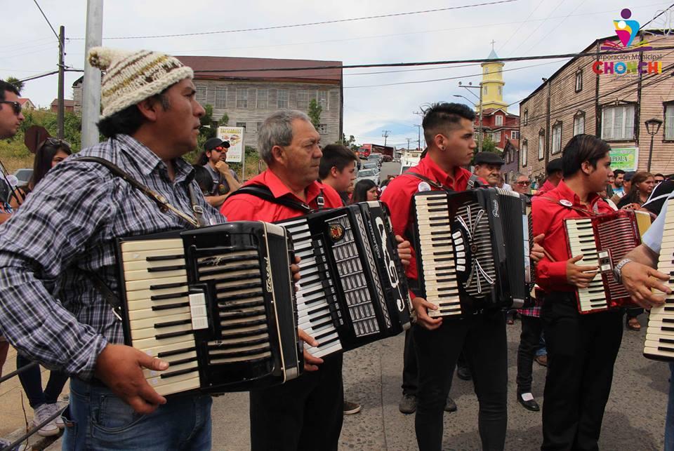 Acordeones y violines preservan patrimonio chonchino.