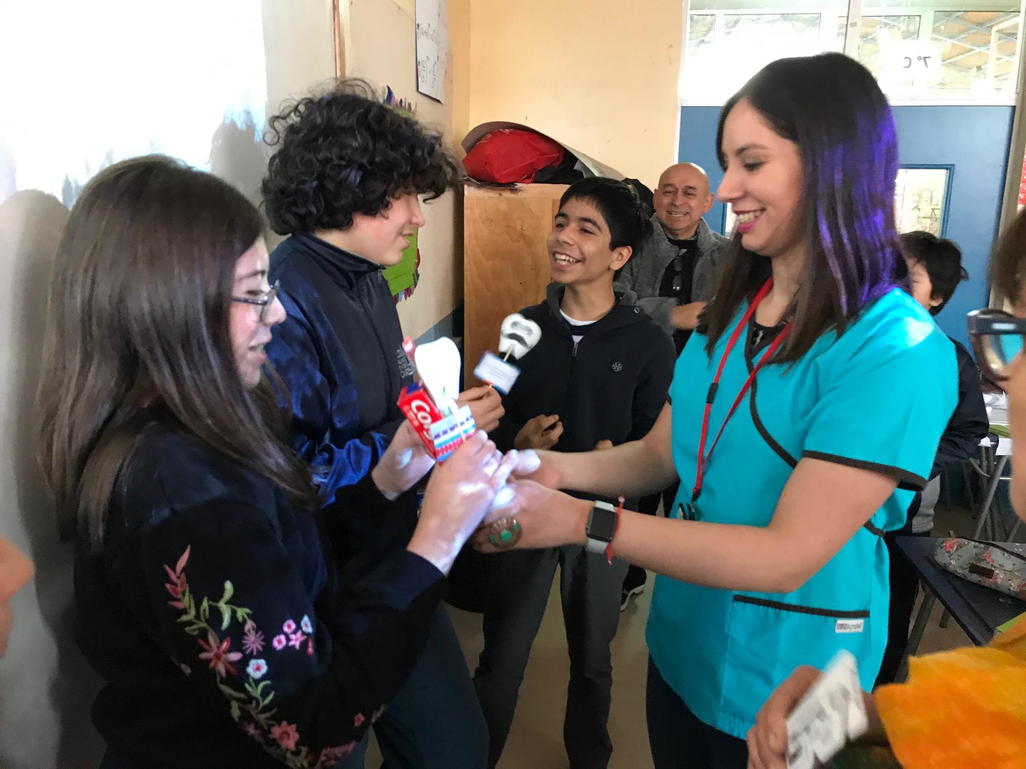 Escolares del Liceo Galvarino Riveros conocen sobre conductas saludables.