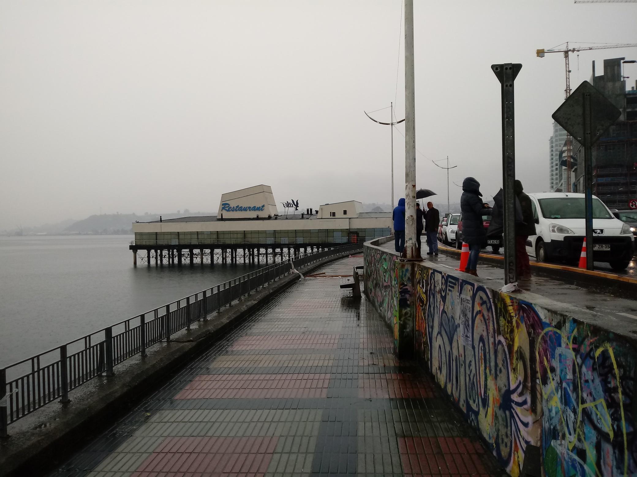 Municipalidad exige a Obras Públicas adoptar medidas por peligroso socavón en costanera de Puerto Montt.