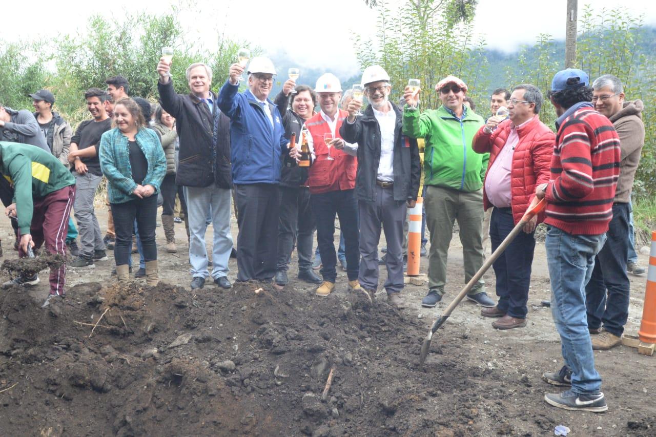 Autoridades ponen primera piedra de esperada pavimentación de Ruta V-69, Ralún – Cochamó